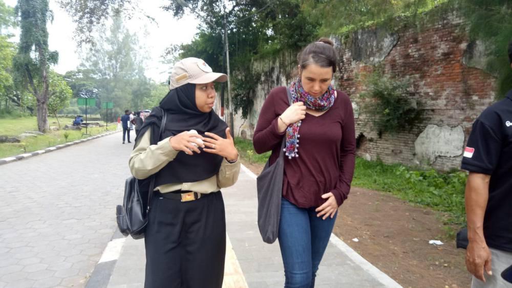 Julia mendengarkan penjelasan sejarah Benteng Pendem dari Nuri, salah satu pemandu Edutrip di Ngawi. Foto-Istimewa