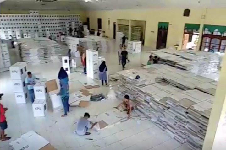 KPU Ngawi Mulai Merangkai Kotak Suara Pemilu 2019, Selasa (05/02/2019). Foto-FB/Ar Riedho Haa
