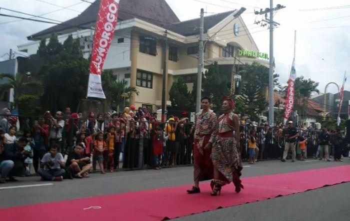 Model dengan batik Enjang Pelangi di Batik Street Exhibition 2019 Ponorogo, Sabtu (23/03/2019). Foto-Istimewa