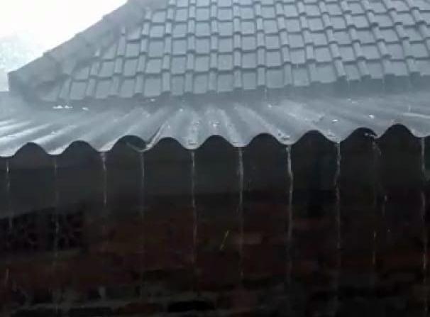 Hujan Deras Disertai Es Melanda Desa Pandansari