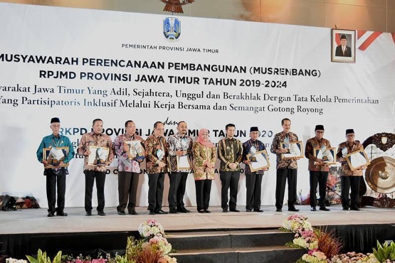 9 kabupaten dan kota se-Jawa Timur termasuk Ngawi yang mendapatkan penghargaan Perencanaan Pembangunan Daerah oleh Gubernur Jawa Timur. Foto-Istimewa