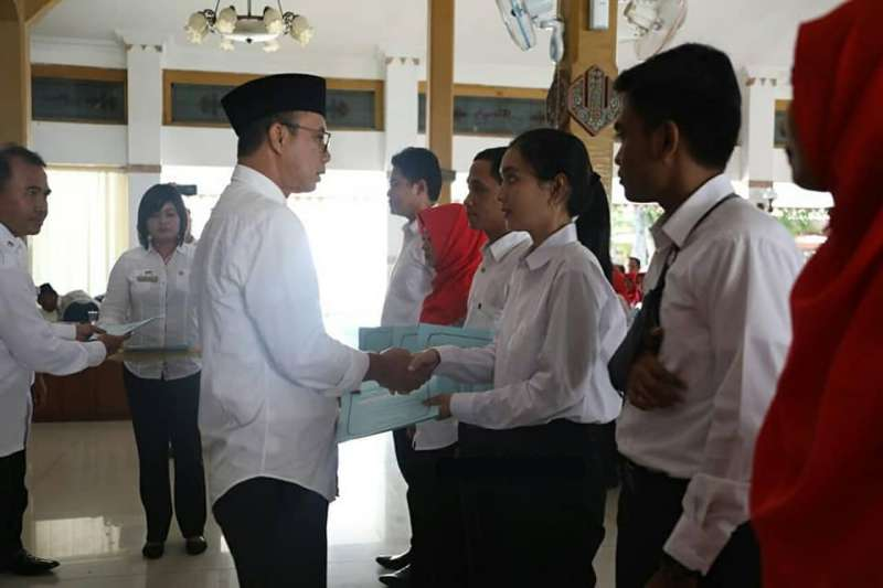 Bupati Ngawi, Ir. Budi Sulistyono menyerahkan SK Pengangkatan CPNS kepada perwakilan, Senin (15/04/2019). Foto-Dok. Kominfo Ngawi