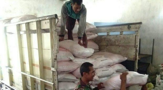 Anggota Koramil 0805/01 Ngawi Pantau Langsung Pupuk Bersubsidi Di Kios Desa Watualang