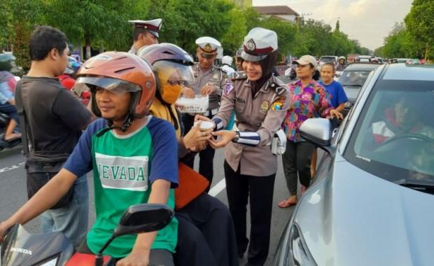 Satlantas Polres Ngawi Berbagi Takjil untuk Para Pengendara Kendaraan Bermotor