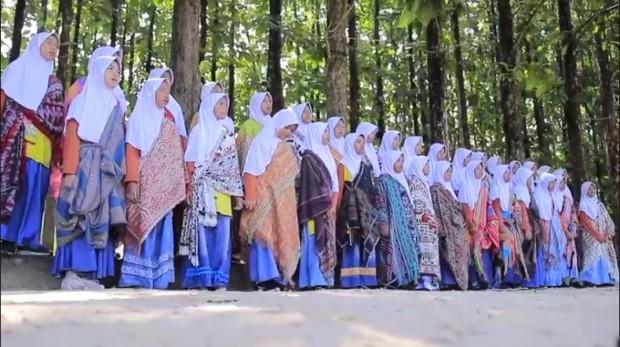 Uniknya Penampilan Siswa SDIT Harapan Ummat Ngawi Berwastra Nusantara Bersama