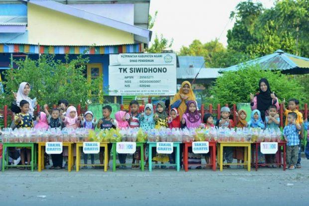 Siswa TK Siwidhono Ini Berbagi Takjil Gratis dengan Penuh Semangat