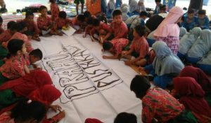 Puluhan Siswa SD Ikuti Pelatihan Materi Dasar Menggambar Doodle di Balai Desa Kedungprahu