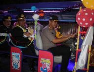 Kapolres Ngawi Jadi Sopir Kereta Mini Antarkan Para Personel yang Purna Tugas Keliling Kota