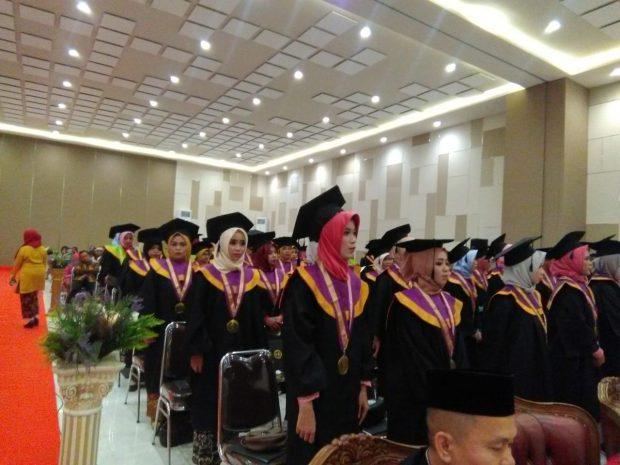 STKIP Modern Ngawi Mewisuda 181 Mahasiswa Angkatan I