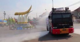 Jalanan Kota Ngawi Disemprot Disinfektan Menggunakan Water Canon