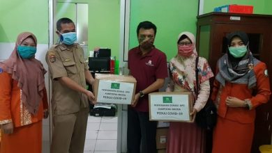 Photo of KampoengSmuda Serahkan Bantuan Hazmat dan Masker ke RSUD dr. Soeroto dan RS Widodo Ngawi