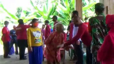 Photo of Bagikan Beras kepada 700 Warganya, Kades Rejomulyo Dapat Apresiasi dari Bupati Ngawi