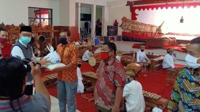 Photo of Pemkab Ngawi Salurkan 2.568 Paket Bantuan kepada Pekerja Seni yang terdampak COVID-19