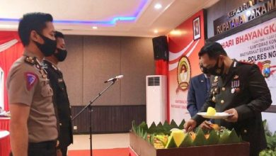 Photo of Peringati Hari Bhayangkara ke-74, Polres Ngawi Berikan Penghargaan kepada Perwira dan Anggota Termuda