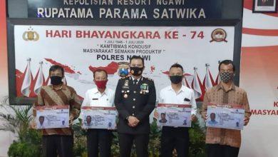 Photo of FOTO : Penyerahan SIM Gratis oleh Kasat Lantas Polres Ngawi kepada Pemohon yang Lahir 1 Juli