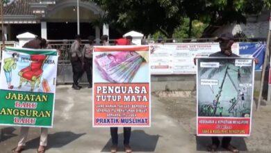 Photo of Sejumlah Peserta yang Tidak Terima Hasil Seleksi Unjuk Rasa Saat Perangkat Desa Terpilih Dilantik